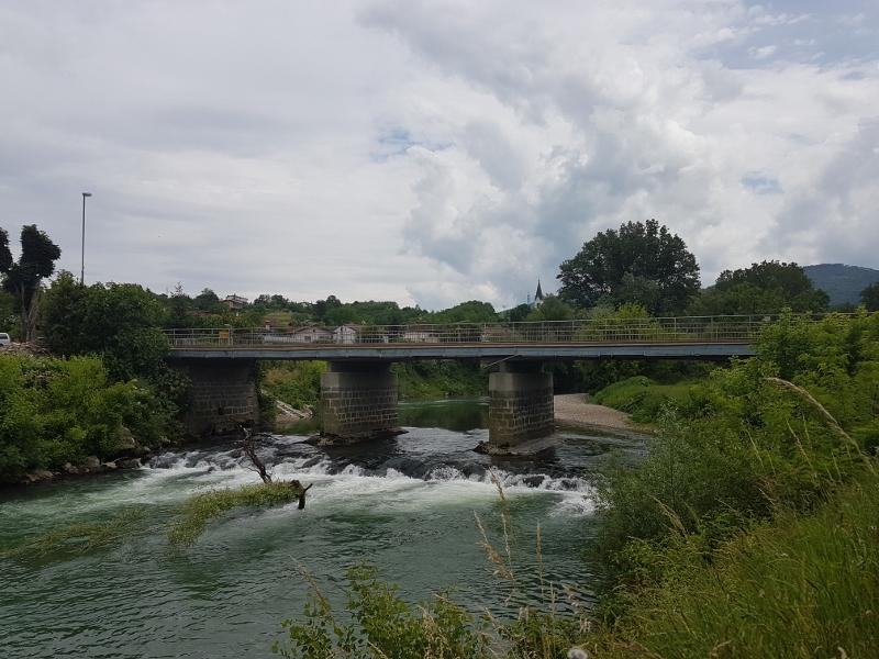 zalosce-cestni-most-z-namescenimi-tablicami-visokih-voda-1-800x600